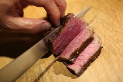 落ち着いた空間で、牛肉をコース仕立てでお楽しみいただくお店です。