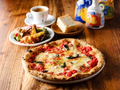 本場ナポリの窯で焼き上げるピッツァは絶品ですよ