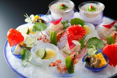 目でも味わう、彩りも豊かな京懐石料理。京都観光の思い出に、心に残るひと皿を提供しています。