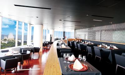 スタイリッシュかつ開放感あふれるフレンチレストランで、サービススタッフとしてご活躍を。