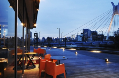 テラス席からは、隅田川と中央大橋が望める絶好のロケーションがお客様に人気です♪
