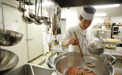 見て覚えるという職人の世界とは真逆!時間をかけ、調理方法のすべてをじっくりお教えします。