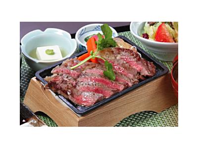 近江牛ステーキを扱ったメニューもご提供。高級食材にも詳しくなれます。