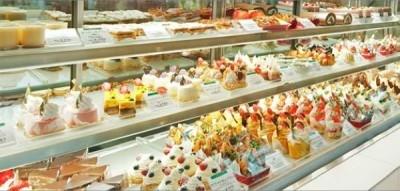 ショーケースには定番ケーキから季節限定モノまで、豊富な種類のスイーツが並びます。