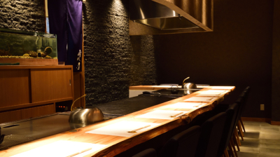 2018年8月にオープンしたばかりの高級鉄板焼きレストランで、ホールスタッフ(マネージャー候補)募集