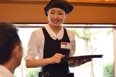 美味しい寿司を召し上がっていただくには、お客様とのコミュニケーションも重要なんですよ。