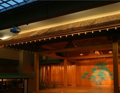 正面玄関にかまえる能の舞台「紫宸殿」。毎夜、日本の伝統芸能を開催しています