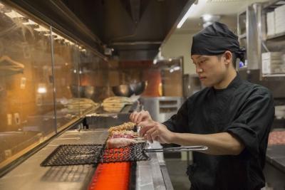 お料理は仕込みから調理まで店舗で行なっています。