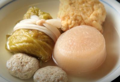 琥珀色に輝く出汁のおでんは、醤油を使わない関東風の味付けがこだわり。