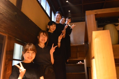 こんな楽しいスタッフがお待ちしています。和の食材にこだわったお店ですが、洋食出身者も多数在籍!