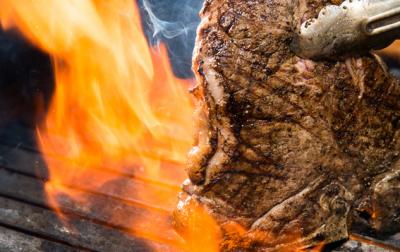 豪快な薪焼き料理が大人気!皆、好きなスタイルで働いています◎