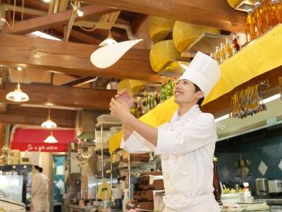 当店のキッチンスタッフとしてすぐに活躍を。ピザは生地から店内で手作りしています
