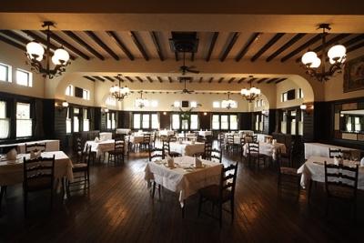 200畳の広さを誇るダイニングは天井高約5メートル。床板はほとんどが創業当時のまま残っています。