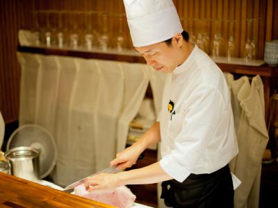 最高レベルのお肉を最高レベルの状態で提供するため、カットの際は細心の注意を払います。