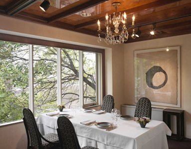 四季の自然豊かな風景を望む大きな窓や、高い吹き抜けが印象的な隠れ家的な空間です