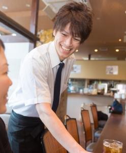 長崎・島原出身の濱崎店長31才。3年程前に介護の業界から飛び込んできました