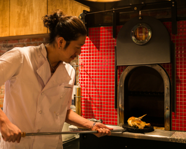飲食店での勤務経験を活かし、入社6ヶ月をめどに料理長就任をめざそう。
