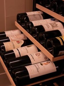 厳選したワインを常時50種類ほど取り揃えています