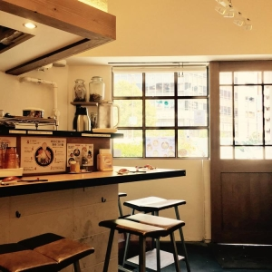 「海老鶏麺蔵」はカフェのような雰囲気で女性にも人気