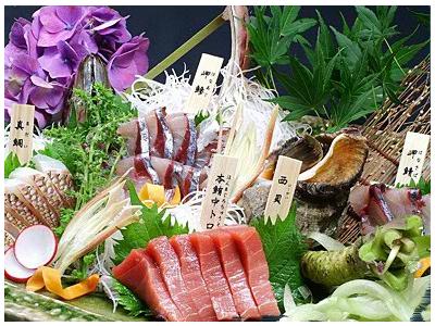 鮮魚のほか、完全無農薬にこだわった契約農家直送の有機野菜や愛媛の銘酒など常時20種以上揃うお酒も自慢