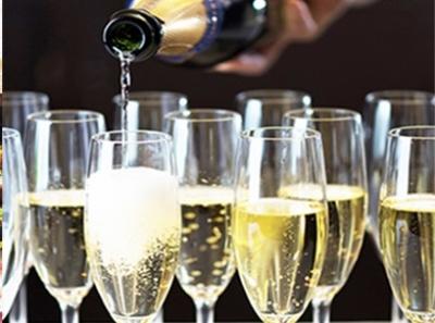 ワインの試飲会を店内で実施。料理とのペアリングアイデアも大歓迎です