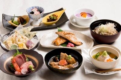「治部煮」「はす蒸し」「加賀野菜」を愉しめるコース料理など、地元の新鮮な食材を使った郷土料理が自慢