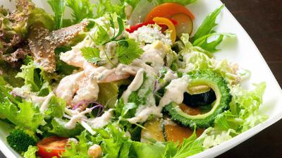 サンクスネイチャーの看板メニュー「サラダ丼」は、男女問わず大人気。まずはサラダ丼の調理から覚えよう!