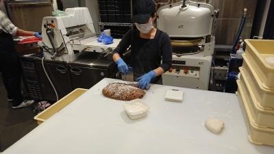 これまでの経験やスキルに応じた業務からスタート。天然酵母にこだわった美味しいパンをつくりましょう。