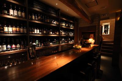 神戸・三宮で展開するバー、計5店舗で、バーテンダーを募集します。