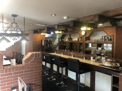 都会の喧騒を感じさせない、レトロでモダンな雰囲気の洋食カフェレストランです