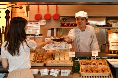 『ホテルアクアチッタナハ』では、お客様の目の前で料理人が腕をふるう、ライブキッチンが好評。