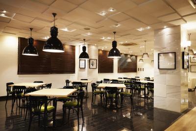 テイクアウトのパティスリーにカフェを併設している、オシャレな店内