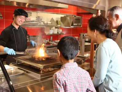 ファミレスではめずらしいオープンキッチンスタイル。料理人の腕が鳴ります