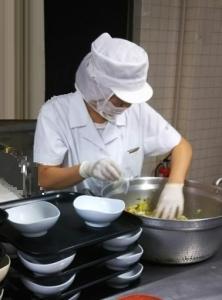 利用者の健康を配慮しながら食事を作ります。大変やりがいのあるお仕事です。