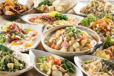 <和食食べ放題>サラダや焼き物、揚げ物、麺類、煮物、ご飯ものなどバラエティ豊かな料理を提供します。
