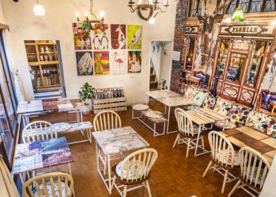 阿倍野エリアの隠れ家的なお店。海外を思わせる粋なインテリアに囲まれています