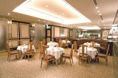 ホテル内の店舗でもあり、高級感と清潔感のある店内。