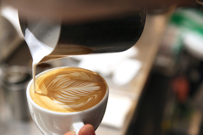 コーヒーの基本抽出法からカプチーノ、カクテルなど、様々なスキルを身に付けられます。