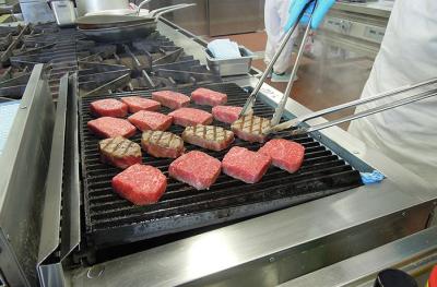 成田空港や羽田空港内の工場で、機内食の調理と生産管理をお願いします。