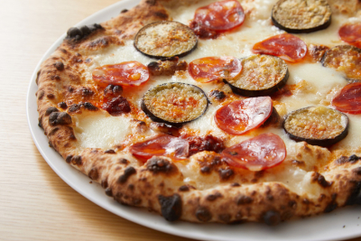 3次発酵させたピッツァ生地を用いて焼き上げる、オリジナルのピッツァが大人気。