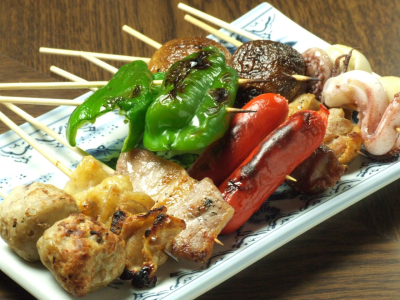 焼鳥や野菜の串焼きが、リーズナブルな価格で楽しめます!カエルやイナゴの佃煮などの珍メニューもあり。