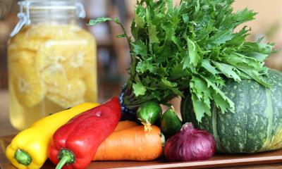 野菜は近郊の農家が作ったもの。米は減農薬、コーヒーや紅茶は無農薬かフェアトレードを使用しています
