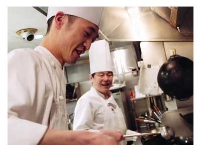 店舗ではベテランの中華料理シェフが多数在籍。卓越した技術が学べます