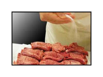 ランチタイムは牛たん定食、夜は旬の料理も楽しめる居酒屋として多彩なメニューをお届けしています
