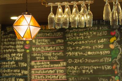 あたたかなランプが灯る店内は、スタッフとお客様の活気であふれています