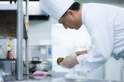関西一円で170施設の給食サービスを受託し、1,800名のスタッフが活躍しています。