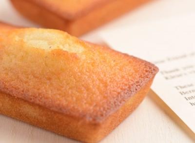 2種類のはちみつとバターの絶妙なハーモニーが味わえる看板メニューのフィナンシェです。
