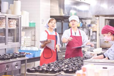 調理スタッフとコミュニケーションと連携をとりながら、おいしいお食事を提供していきましょう。