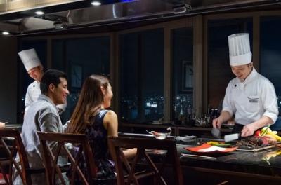 ホテルの最上階に位置する鉄板焼きレストランは、窓越しに夜景を眺められてラグジュアリーな雰囲気です☆