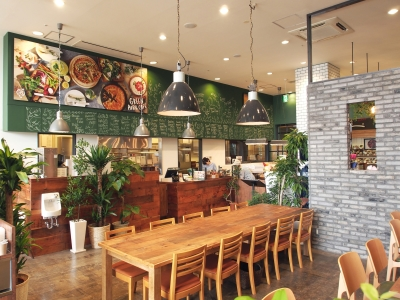 【創業57年の老舗だから安心して長く働ける】スタイリッシュなカフェ&パティスリーでキッチンstaff募集。月8日休み&女性も多数活躍中です。マイカー通勤OK